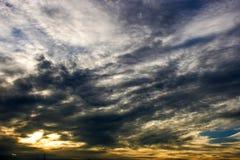 覆盖天空日落橙色颜色秀丽自然 免版税库存图片
