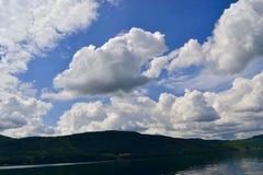 覆盖它自己的阴影的云彩 库存图片