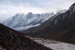 覆盖山上升谷的尼泊尔 免版税库存照片