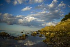 覆盖岩石海岸线 免版税库存图片