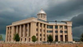 覆盖法院大楼风暴 免版税库存照片