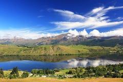 覆盖湖横向反映 免版税库存照片
