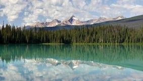 覆盖湖被反射的山山 免版税库存照片
