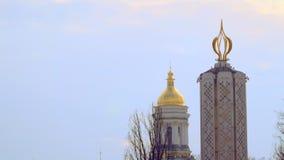 覆盖灰色 基辅Pechersk拉夫拉圆顶  金黄圆屋顶,对饥荒的受害者的纪念碑在乌克兰 股票视频