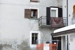 覆盖着在阳台的干燥在滑雪胜地在意大利 免版税库存照片