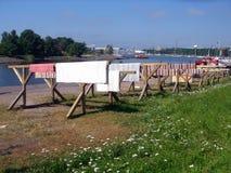 覆盖着城市擦鞋垫干赫尔辛基码头星期日 免版税库存照片