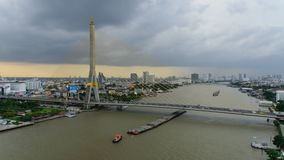 覆盖风暴在日落时间的大吊桥 股票录像