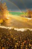 覆盖黑暗的湖大超出彩虹 库存图片