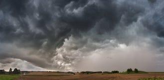覆盖黑暗的严重的风暴 免版税库存照片