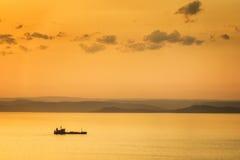 覆盖黑暗的海景天空日落 免版税库存图片