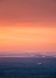 覆盖黑暗的海景天空日落 免版税库存照片