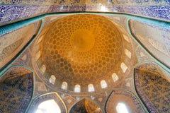 覆以圆顶在有传统铺磁砖的天花板和曲拱的古老波斯清真寺里面 免版税图库摄影