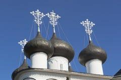 覆以圆顶救主的教会仁慈在镇Belozersk,沃洛格达州地区 免版税库存照片
