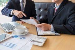 见面两个确信的董事企业的同事和谈论 免版税库存照片