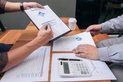 见面两个确信的董事企业的同事和谈论 免版税库存图片