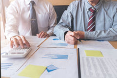 见面两个确信的董事企业的同事和谈论 免版税图库摄影