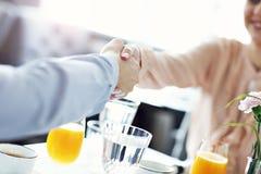 见面为午餐的两买卖人在餐馆 免版税库存照片