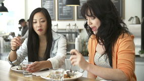 见面为在咖啡店的午餐的两个女性朋友 影视素材