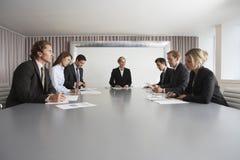 见面在会议室的商人 免版税库存图片
