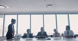 见面在会议室的小组愉快的工友 影视素材