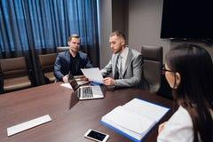 见面在会议室的工友在办公室谈论项目 免版税库存照片
