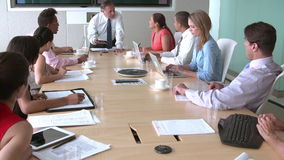 见面在会议室表附近的小组买卖人 股票视频