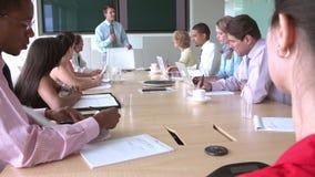 见面在会议室表附近的小组买卖人 影视素材