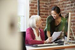 见面在创造性的办公室的两名女实业家 免版税库存图片