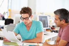 见面在创造性的办公室的二个人 库存照片