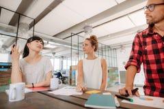 见面在创造性的办公室的小组多种族工友 免版税库存图片