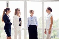 见面在办公室和谈话的女商人 免版税库存照片