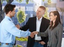 见面在办公室外面的买卖人 免版税图库摄影