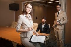 见面在办公室的三位经理 免版税图库摄影