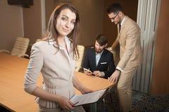 见面在办公室的三位经理 免版税库存照片
