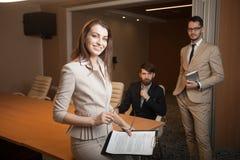 见面在办公室的三位经理 免版税库存图片