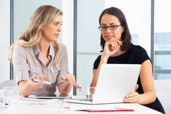 见面在办公室的两名女实业家 免版税库存照片