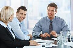 见面在办公室的商人 免版税库存照片