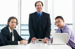 见面在办公室的小组商人 免版税库存图片