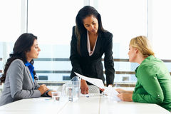 见面在办公室的小组妇女 库存照片