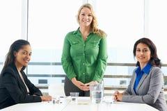 见面在办公室的小组妇女 免版税库存照片