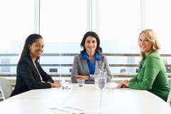 见面在办公室的小组妇女 库存图片