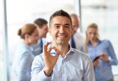 见面在办公室的小组微笑的买卖人 免版税库存图片
