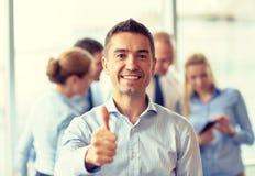 见面在办公室的小组微笑的买卖人 免版税库存照片