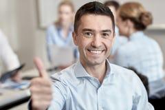 见面在办公室的小组微笑的买卖人 免版税图库摄影