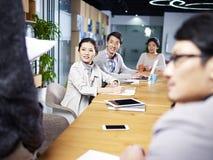 见面在办公室的年轻亚裔企业家 免版税库存照片