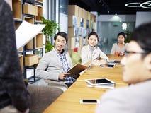见面在办公室的年轻亚裔企业家 免版税库存图片