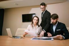 见面在办公室的建筑师队  免版税图库摄影