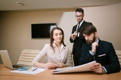见面在办公室的建筑师队  免版税库存照片