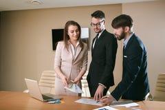 见面在办公室的建筑师队  免版税库存图片