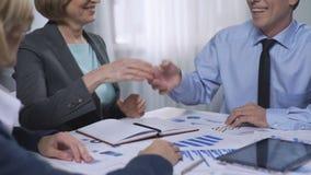 见面在办公室,同事合作,协议的新的商务伙伴 股票视频